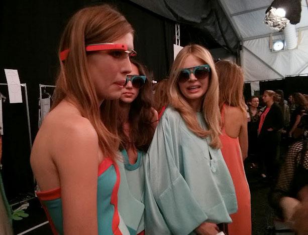 Modelle prima della sfilata con gli occhiali di Google